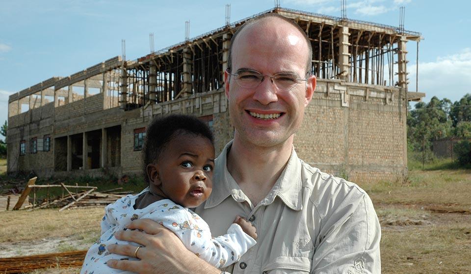 Burkhard Varnholt besucht die Kids of Africa Baustelle
